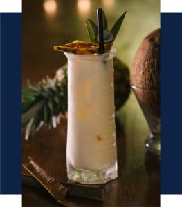 Cocktail à l'ananas et noix de coco, pina colada Mumbai Café