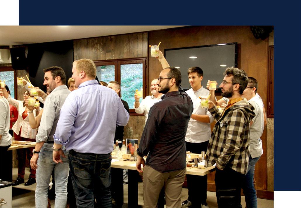 Fête d'employés avec animation cocktail haut de gamme dans l'entreprise pour féliciter la réussite des commerciaux.